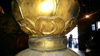 虚空蔵菩薩像の台座にはウナギや亀・魚が描かれています。生き物への敬愛が感じられますね。